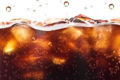 飞溅背景的可乐与苏打泡影 汽水或茶点 库存照片