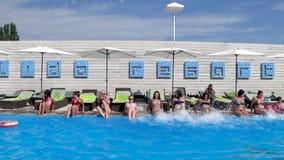 飞溅腿和戏剧在水池的愉快的女孩与大海户外在夏天 股票视频