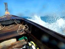 飞溅长尾巴小船,泰国的波浪 库存照片