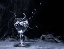 水飞溅从玻璃的 库存照片