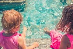 飞溅水的两个小女孩 库存图片