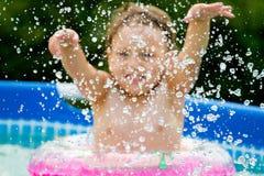 飞溅水的孩子 免版税库存图片