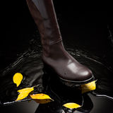 飞溅水的布朗女性起动 免版税图库摄影