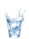飞溅水的杯子冰 免版税图库摄影