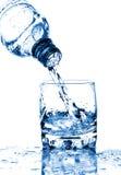 飞溅水的玻璃瓶 免版税图库摄影