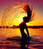 飞溅水的秀丽与她的头发 免版税库存照片