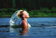 飞溅水的秀丽式样女孩与她的头发 美丽的水妇女 库存图片