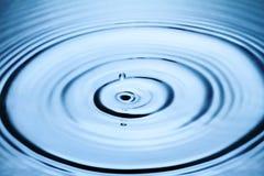 飞溅水的蓝色下落 免版税库存照片