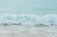 飞溅从蓝色海挥动到在缅甸的清楚的白色沙子海滩和Copyspace对输入文本 库存照片