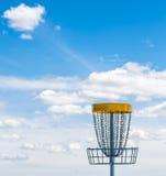 飞碟在草的高尔夫球篮子 库存照片