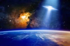 飞碟接近行星地球 免版税库存照片