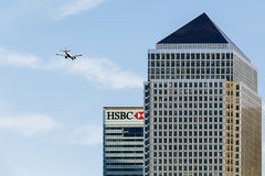 飞行一个加拿大广场,金丝雀码头,伦敦的航空器 免版税库存图片