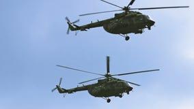 飞行一个小组军用的直升机非常紧密 俄语和美国陆军 股票视频