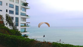 飞行一极低空的没有引擎滑翔伞的风景看法在利马Barranco区  免版税图库摄影