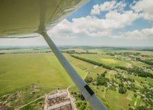 飞行一架轻的飞机 库存照片