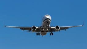 飞行下来为登陆的飞机 免版税库存照片