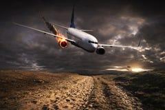 飞行与在火的引擎碰撞 免版税库存图片