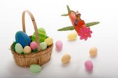 飞行与复活节篮子和鸡蛋的复活节兔子 免版税图库摄影