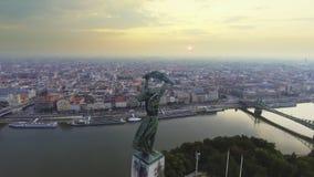 飞行与布达佩斯地平线的自由女神像在背景 股票录像