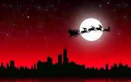 飞行与爬犁的圣诞老人圣诞老人在圣诞夜城市-传染媒介 免版税库存照片