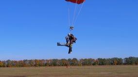 飞行与降伞相适应和登陆在领域的跳伞运动员 影视素材
