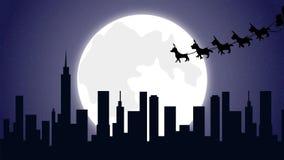 飞行与驯鹿的圣诞老人雪橇在圣诞夜满月的城市 库存例证