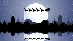 飞行与驯鹿的圣诞老人雪橇在有反射的城市在水中 库存例证