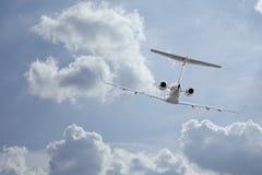 飞行中的私人喷气式飞机 库存图片