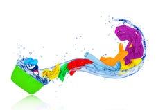 飞行从洗碗器的明亮的五颜六色的衣裳 免版税库存图片
