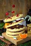 飞行作为圆环被塑造的一种油脂含量较高的酥饼装饰用干樱桃和坚果 库存照片
