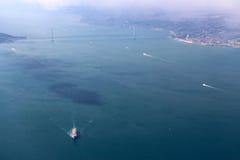 飞行入在桥梁的大阪 免版税库存照片