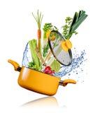 飞行入在白色背景的一个罐的新鲜蔬菜 库存图片