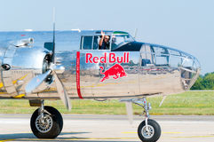 飞行公牛在跑道的B-25米歇尔。 免版税库存照片