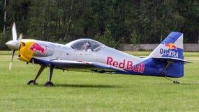 飞行公牛特技飞行合作Zlin-50LX为乘出租车起飞的做准备 免版税库存照片