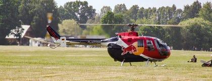 飞行公牛的欧洲直升机公司MBB Bo105为在草机场的起飞做准备 免版税库存图片