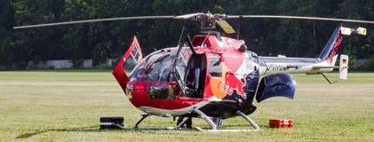 飞行公牛的欧洲直升机公司MBB Bo105在草机场的 免版税库存照片