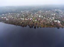 飞行到与小农村俄国村庄的湖岸 俄国 库存照片