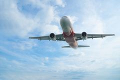 飞行到在白色上的高昂的高度的飞机覆盖,离开的飞机,由空运的旅行 免版税图库摄影