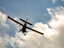 飞行到天空的小型飞机 免版税库存照片