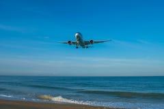 飞行到普吉岛机场 库存照片