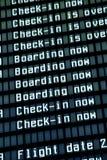 飞行到达董事会在机场,特写镜头。 图库摄影