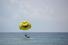 飞行到降伞。 免版税库存图片