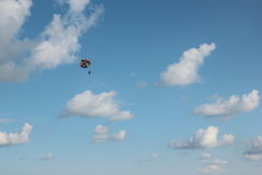 飞行到降伞。 库存图片