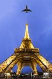 飞行到巴黎 免版税库存图片