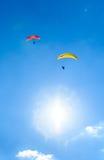 飞行反对与白色云彩的蓝天的两个滑翔伞 免版税库存图片