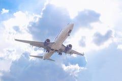 飞行反对天空蔚蓝的客机的特写镜头 免版税图库摄影