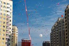 飞行反对蓝天的多彩多姿的气球 免版税库存图片