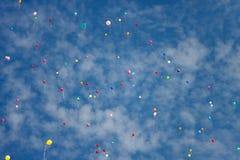 飞行反对蓝天的多彩多姿的气球 库存图片