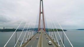 飞行向后,缆绳被停留的俄国桥梁空中上升的看法横跨东部Bosphorus海峡的在途中 股票视频