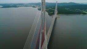 飞行向后,缆绳被停留的俄国桥梁空中上升的看法横跨东部Bosphorus海峡的在途中 股票录像
